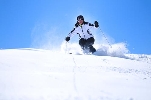 skifahrer in modischer outdoorjacke