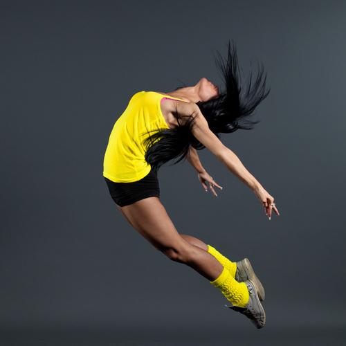 Sportlerin mit schönen schwarzen Haaren