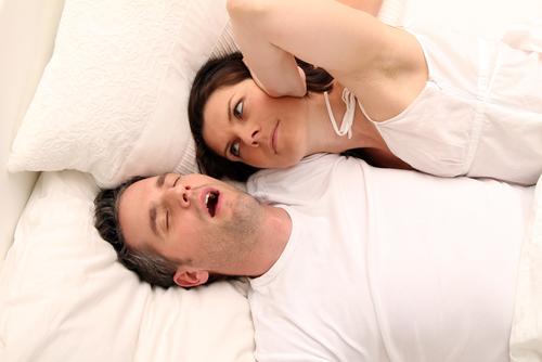 Symptome einer Schlafapnoe können Schnarchen und ausgeprägte Tagesmüdigkeit sein