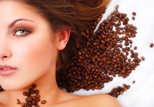 Kaffeetrinken war gestern; heute sorgt Koffein in Kosmetika für schöne Haare und eine straffe Haut