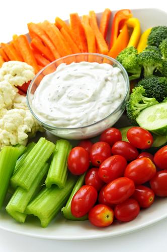 Gemüsesticks und Magerquark: fertig ist der gesunde Snack für zwischendurch