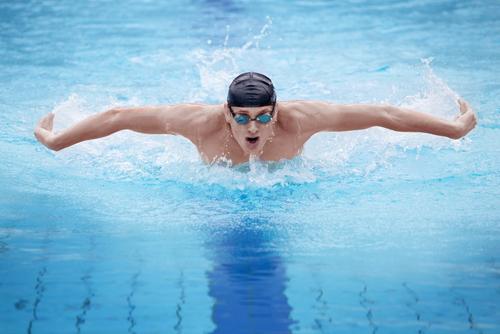 Kontaktlinsen beim Swimmen – FitFacts.de
