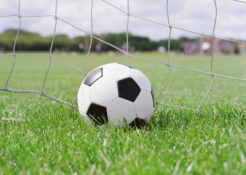 Radball: statt mit dem Fuß, wird der Ball per Fahrrad ins Tor gekickt