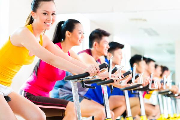 Bei vielen Fitnessgeräten ist ein Pulsmesser bereits intigriert.