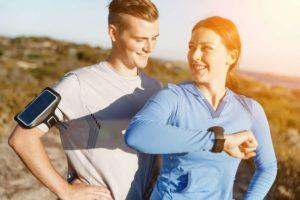 Frau und Mann mit Sportuhren ohne Brustgurt